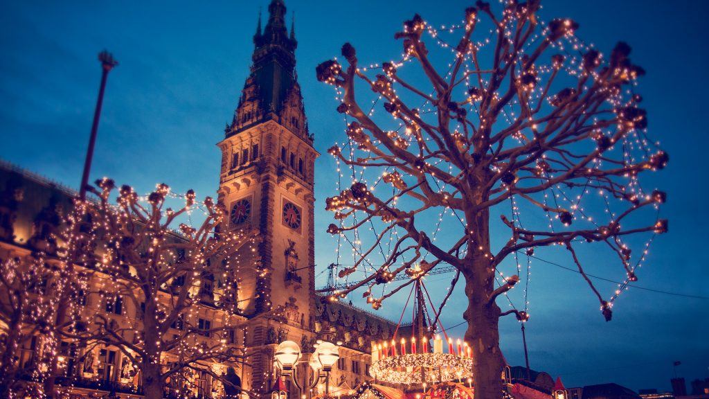 Christmas market at the Hamburg Rathaus Markt, Germany