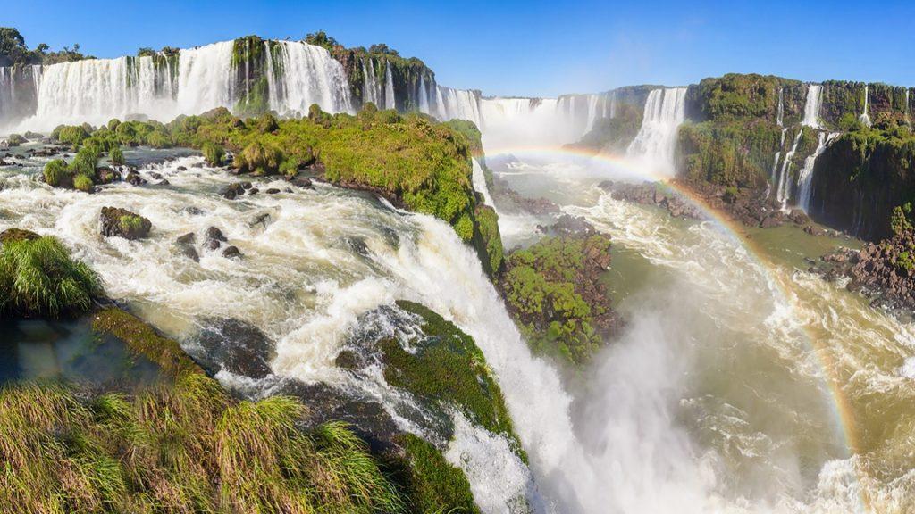 Iguaçu Falls (Cataratas del Iguazú) of Iguazu River on the border of Argentina and Brazil