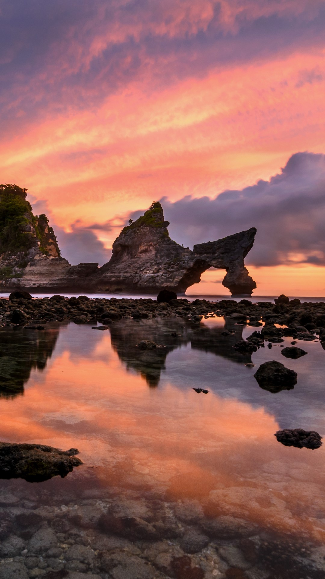Dragon rocks at Atuh beach, Nusa Penida island, Bali ...