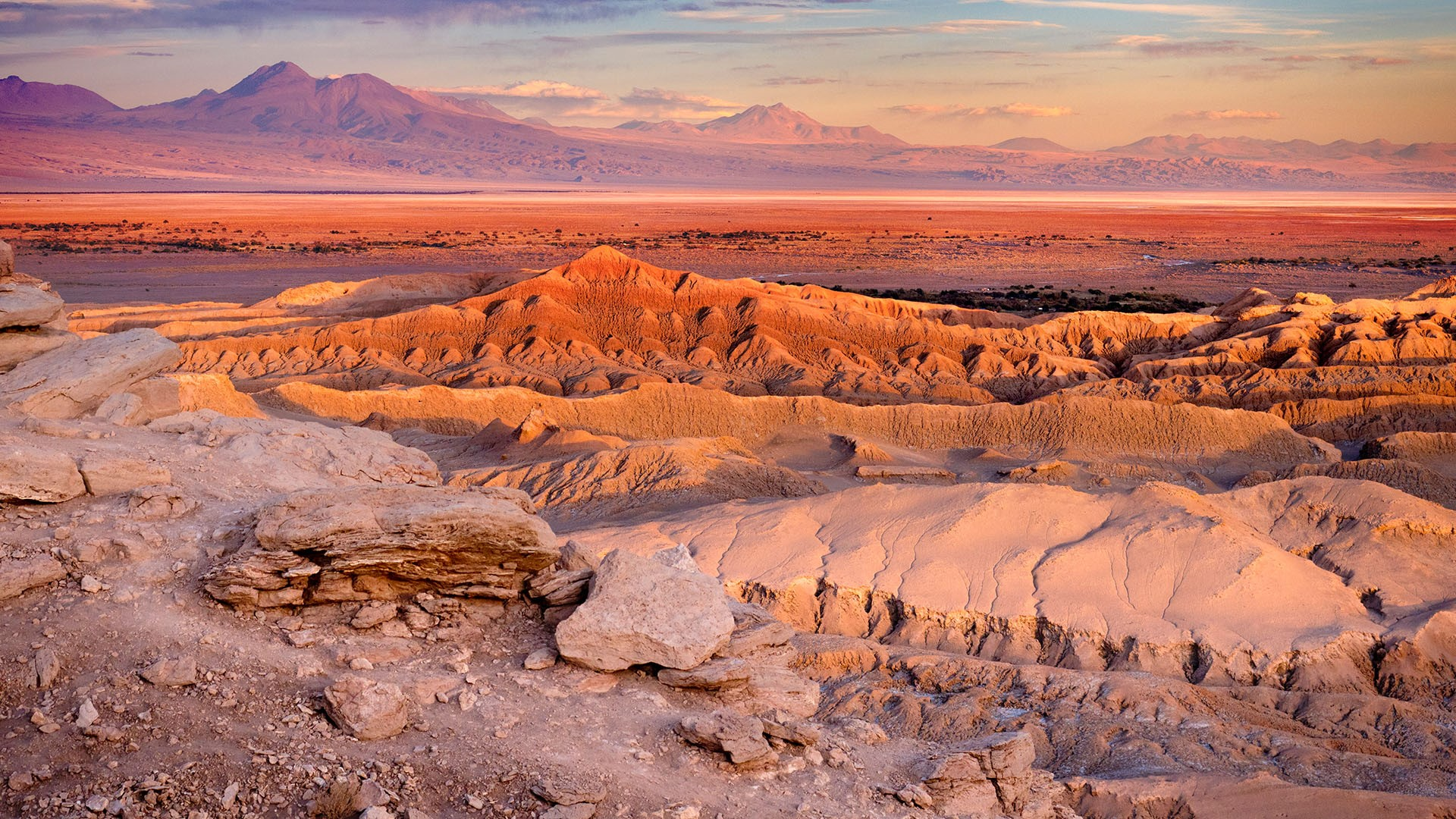 Overview of El Valle de la Luna (Valley of the Moon), Atacama Desert, Chile  | Windows 10 Spotlight Images