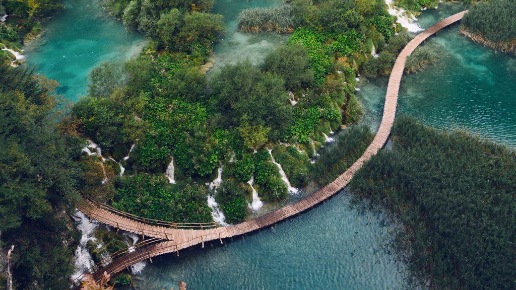 Barrier between the lakes Gavanovac and Kaluđerovac, Plitvice Lakes National Park, Croatia